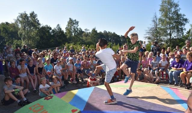 Bij de talentenjacht was ook een optreden van een fighting dance door de fighting boys.