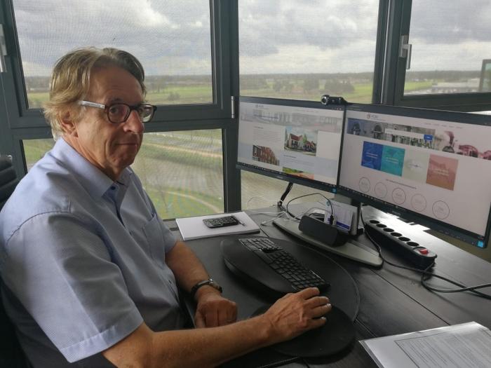 Voorzitter Ron Weil toont de nieuwe website