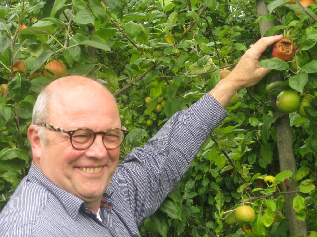 Florian de Clercq bij het aangevreten fruit. Dick de Jong © BDU media
