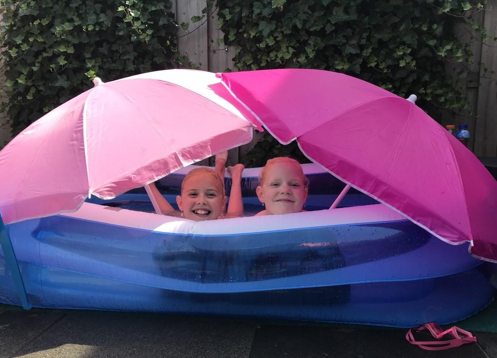 De twee oudste dochters van Agnes Furster, Julia en Rosalyn, maakten in het zwembadje met twee parasols een soort van tentje. Agnes Furster © BDU media