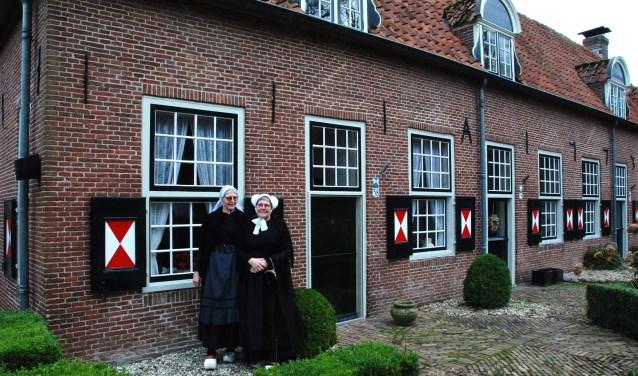 Bestuursleden van Oud Renswoude voor de Oudheidkamer.