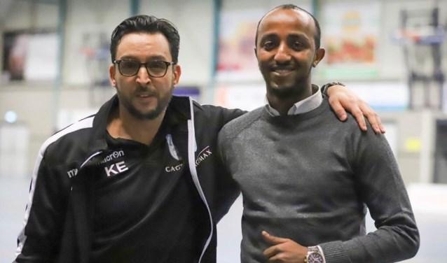 Adnan Abdi, rechts naast hoofdtrainer van ZVG/Cagemax heren Khalid Elbaz, coacht de vrouwen van ZVG én de dames van GJS.