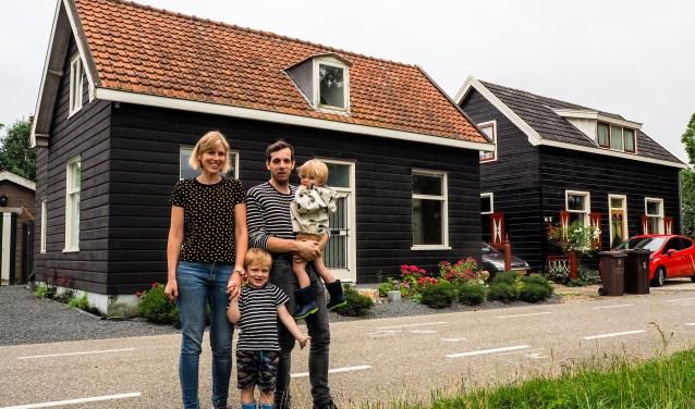 Annelies en Lucas poseren met hun twee zoontjes Olivier en Jens voor hun houten huis aan de Koningslaan.