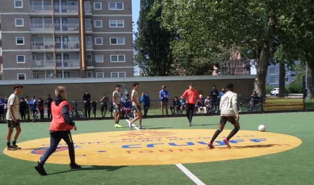 Ondanks het stormachtige weer werd er afgelopen zaterdag fanatiek gevoetbald door de jeugd tijdens het sportevenement Ballin' 19 op het Cruyff Court in Parkwijk.