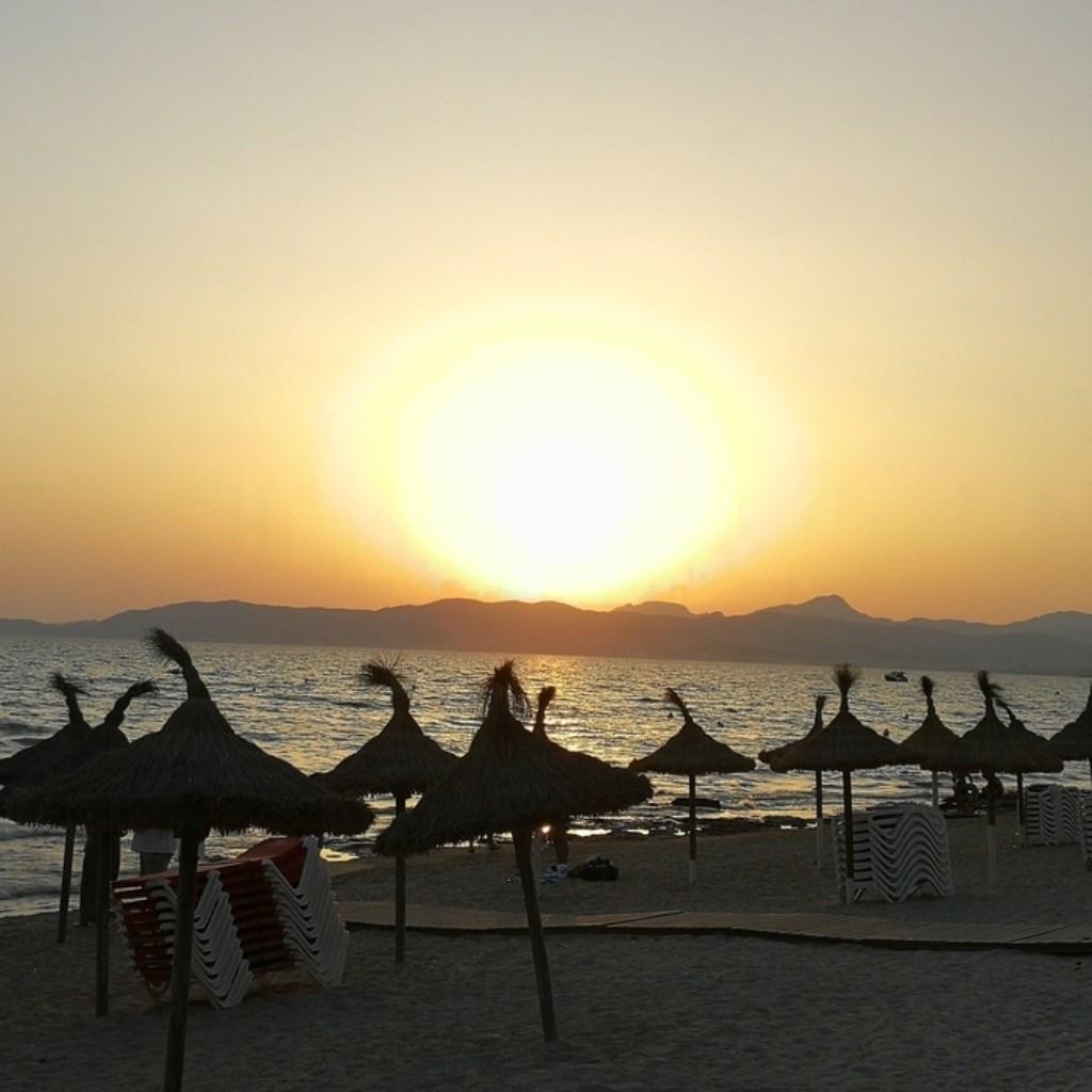 De ondergaande zon op Playa de Palma in Mallorca. P. de Jong © BDU media