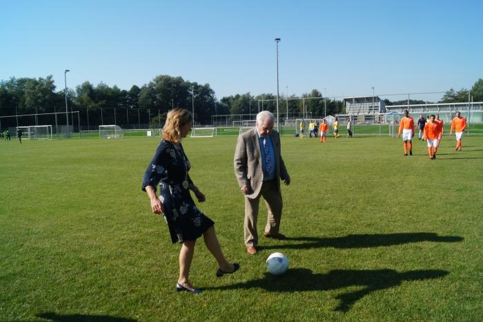 Burgemeester mw. Langenacker en Harrie Verstegen nemen samen de aftrpa voor het toernooi