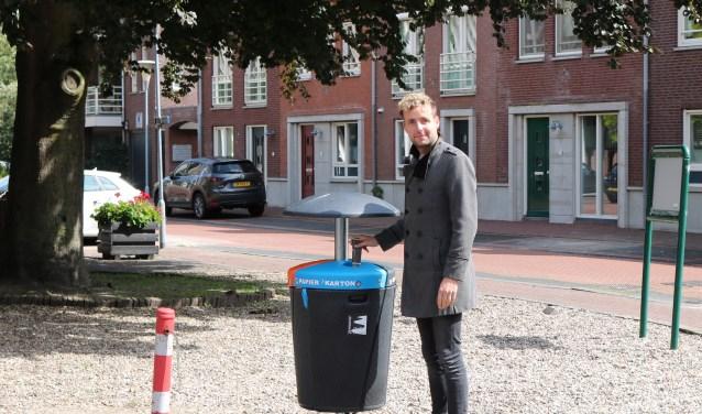 Wethouder duurzaamheid, Axel Boomgaars, gooit zijn oude krantje weg.