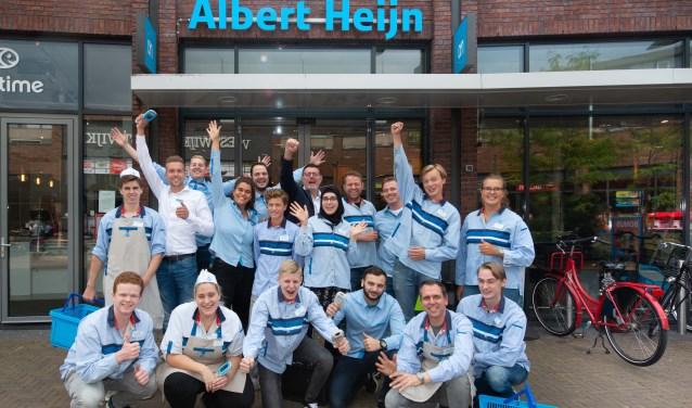Het team van Albert Heijn Westwijk voor de supermarkt.