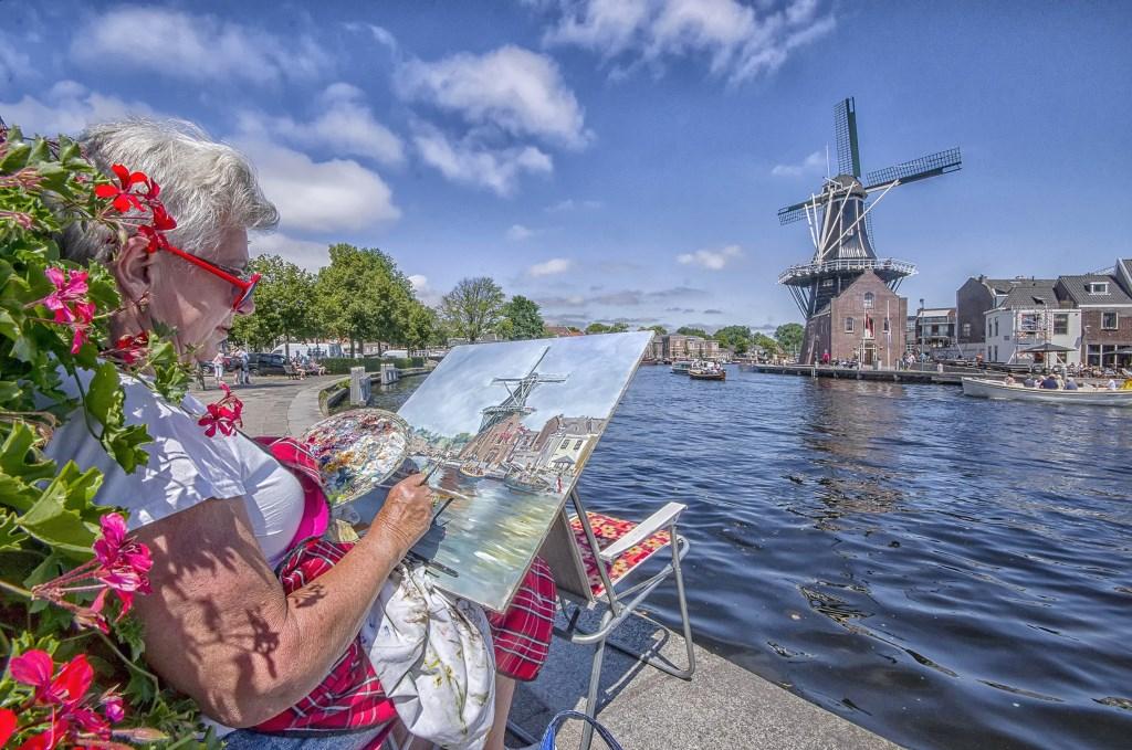 Cor Boers maakte deze foto van een onbekende kunstenaar die aan het Spaare aan het schilderen is.  Cor Boers © BDU media