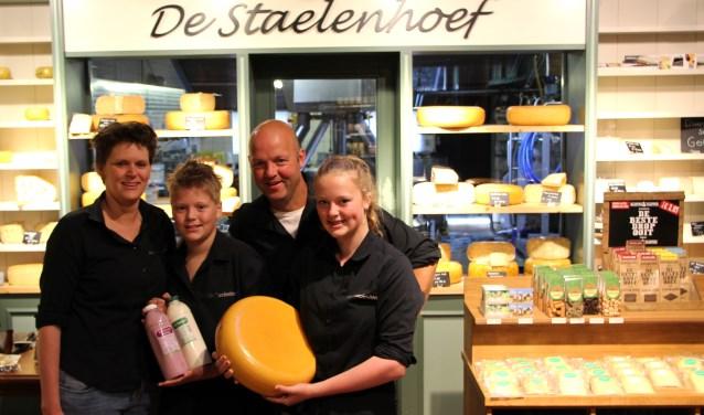 Trudy, Jan, Toon en Roos Hilhorst hebben passie voor Kaasboerderij De Stalenhoef en de producten die ze er maken.