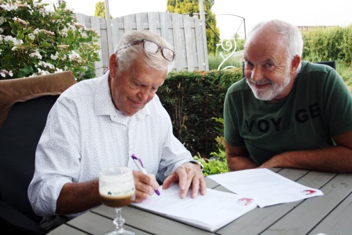 Onder goedkeurende blik van Voorzitter Wijbe Douma wordt het contract door Jan Wilschut ondertekend.