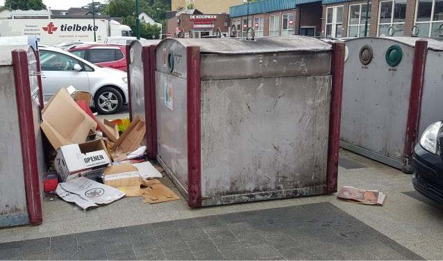 Wie zijn afval niet kwijt kan, laat het achter op het Laanplein.