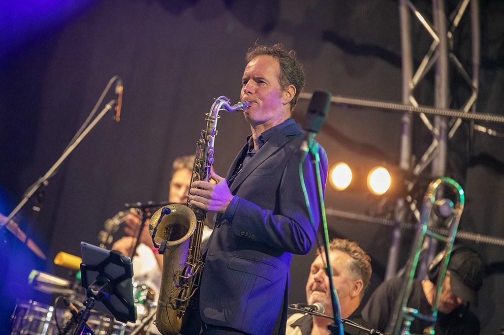 Haarlem - Op de Grote Markt van Haarlem staat deze week weer een podium voor Haarlem Jazz and More. Op woensdag bleef het helaas niet droog en heeft het een groot gedeelte van de avond geregend. Desondanks was er veel publiek op de Markt om te komen luisteren. Het optreden in de regen van de New Coo Michel van Bergen © BDU media