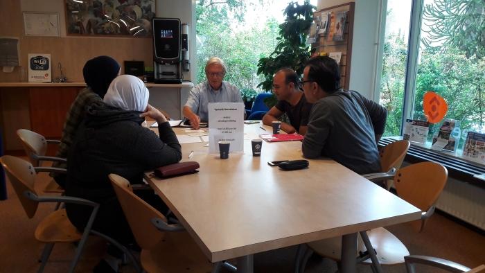 Bezoekers en vrijwilliger Taalcafé Hoevelaken