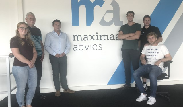 Een deel van het team van Maximaal Advies met Martijn Burger (derde van links) en John van den Hoek (tweede van rechts).