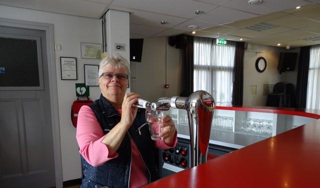 Tinie Elshout, een vertrouwd gezicht achter de bar van Het Praathuis.