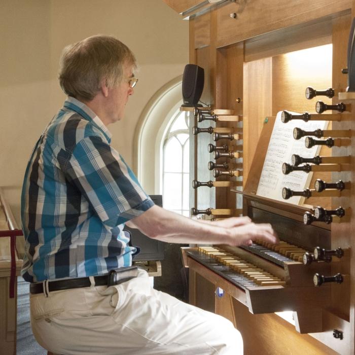 Hendrik Jan de Bie op het orgel van de Pauluskerk