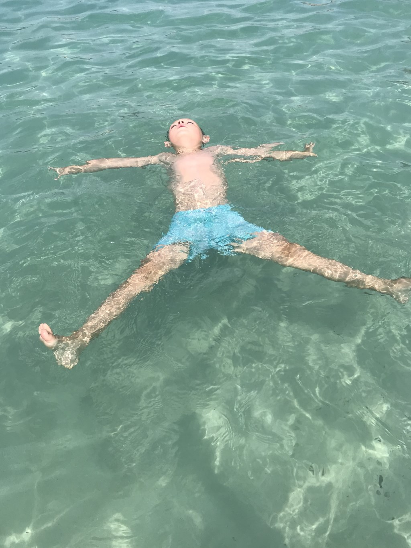 Mats van Zomeren is hier extreem aan het chillen in het water bij het strand van Ibiza. Kimber van Zomeren © BDU Media