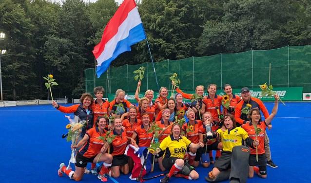 Het dolgelukkige Nederlandse team vlak na de gewonnen finale.