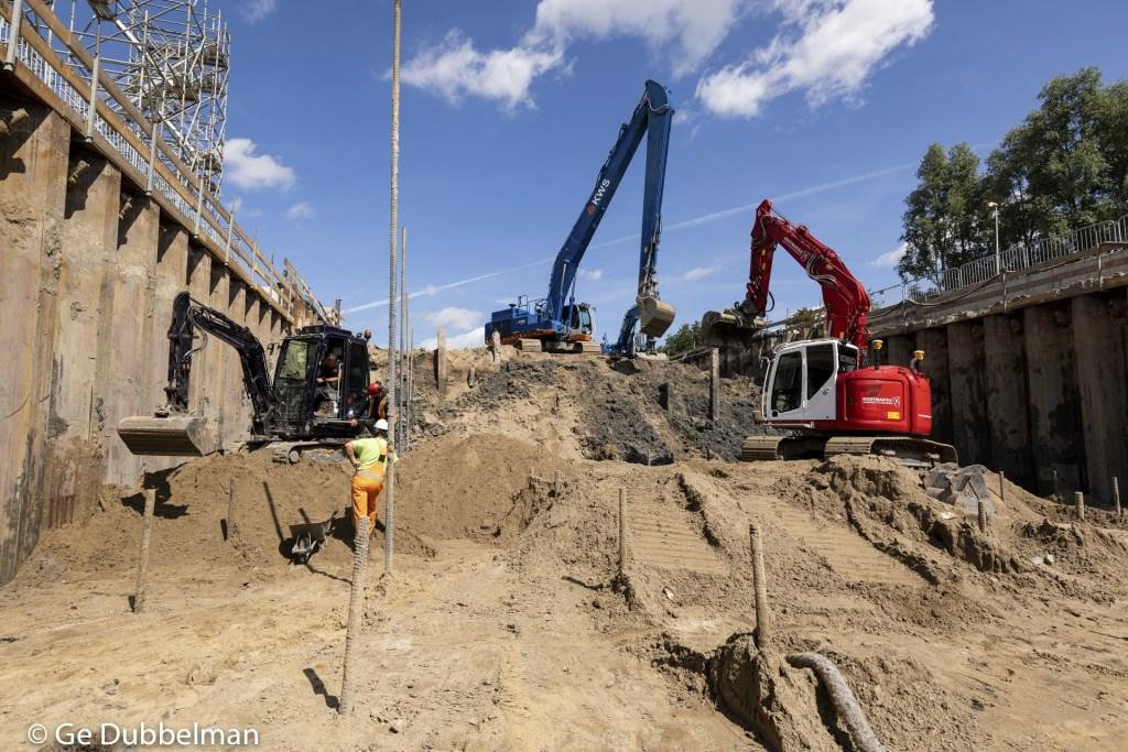Het uitgraven van de kuip voor de halte Kronenburg. Bij de halte Kronenburg en Zonnestein is 60.000 kubieke meter grond uitgegraven en afgevoerd. Ge Dubbelman © BDU media