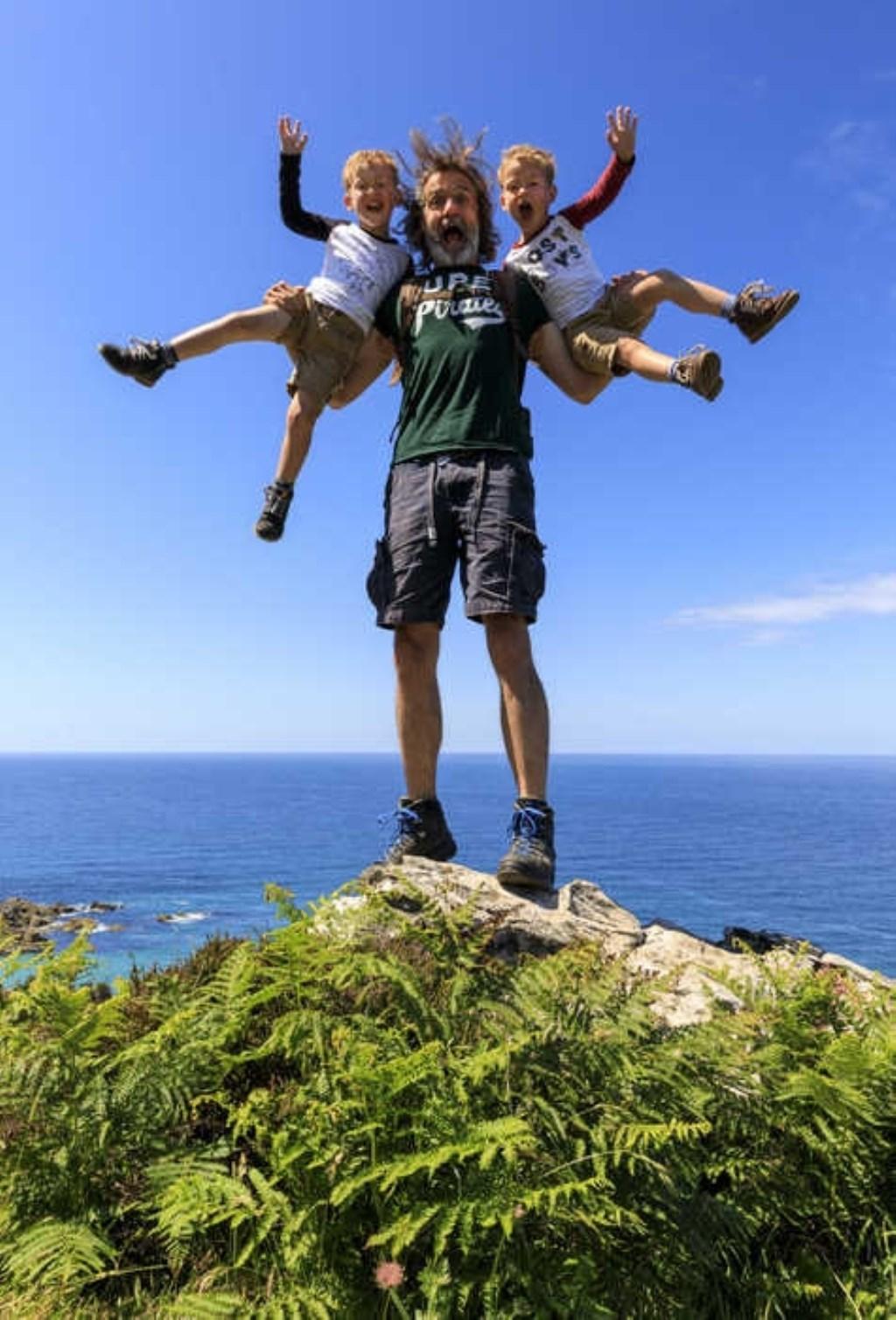 Sven en Mees Tilmans hebben samen met mama Anne en papa Martin gewandeld in Cornwall, Engeland. Mama maakte deze foto van de drie stoere mannen. Anke Trapman © BDU media