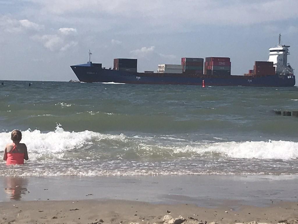 Tessa van Loossen in zee. In Zoutelande komen de grote boten wel heel dichtbij! Arianne van Loosen © BDU media
