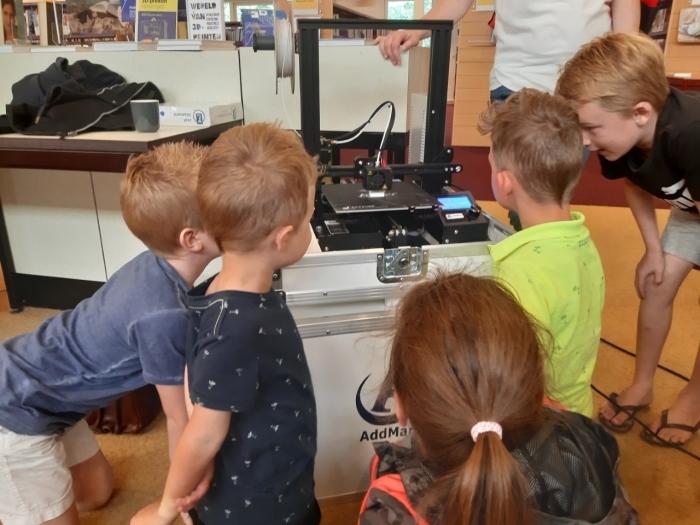 Kinderen in spanning bij de 3D printer