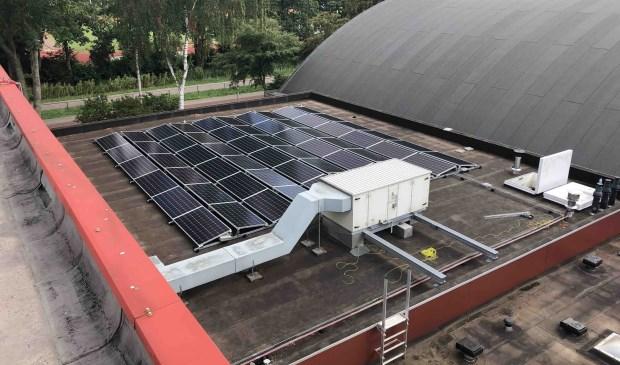 Zonnepanelen op het dak van het sportcentrum.