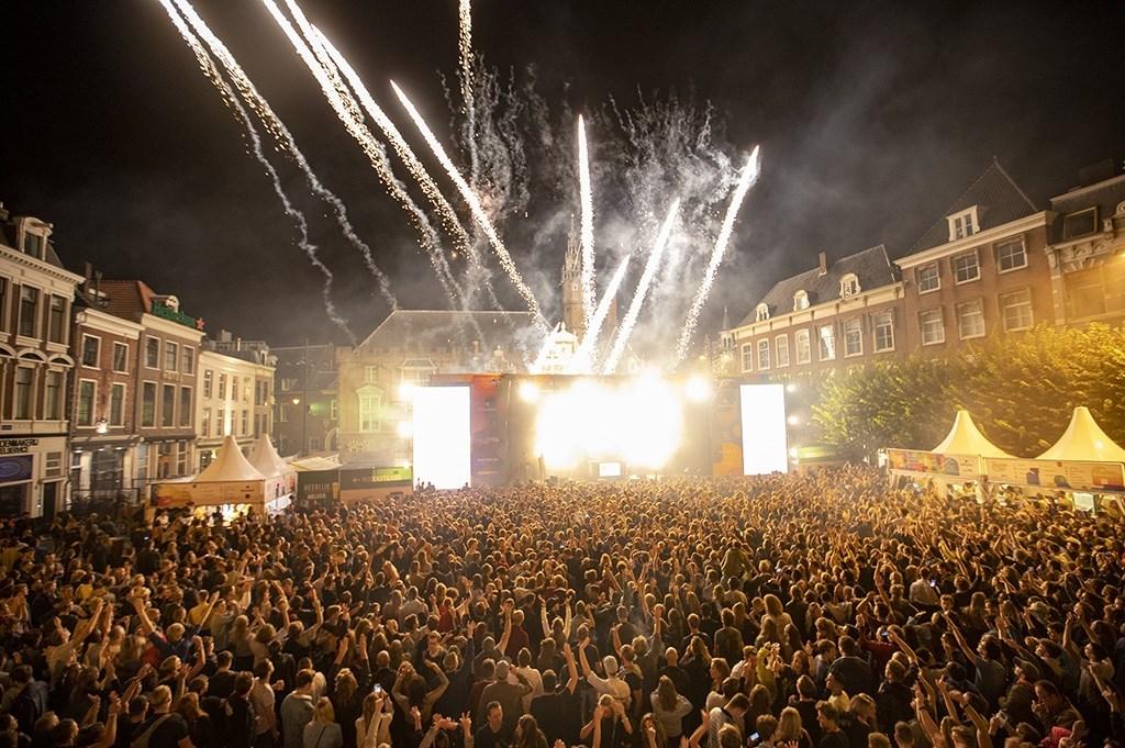 Haarlem - Op de Grote Markt van Haarlem staat deze week weer een podium voor Haarlem Jazz and More. Tijdens de afsluiting van DJ Jean was er vuurwerk op de Grote Markt. Michel van Bergen © BDU media