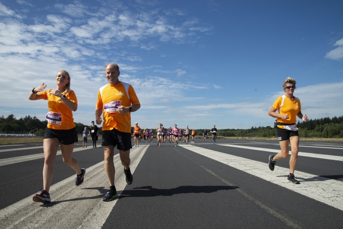 Hardlopers over de landingsbaan bij Park Vliegbasis Soesterberg