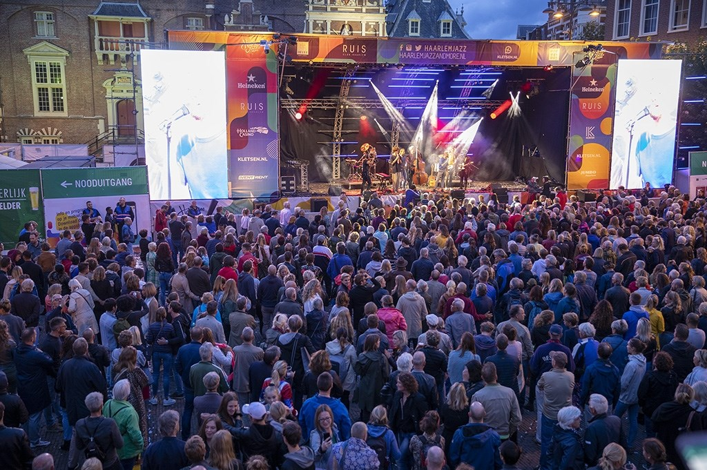 Haarlem - Op de Grote Markt van Haarlem staat deze week weer een podium voor Haarlem Jazz and More. Op de donderdag was het gelukkig droog en was het gezellig druk op de Grote Markt. Optreden Wouter Hamel Michel van Bergen © BDU media