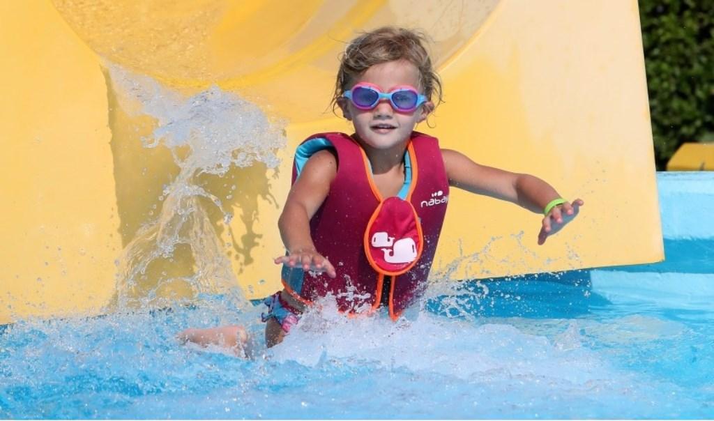 Keet de Ruijter deed aan een glijbaanrace in zwembad de Doetse Kom. Tineke de Ruijter © BDU media