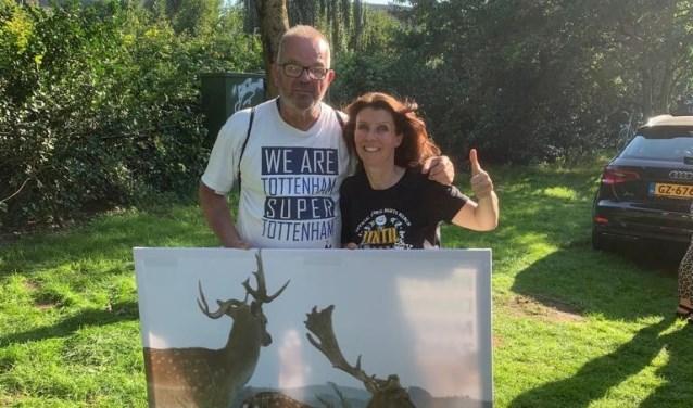 Esther Ouwehand (PvdD) en Willem van der Sloot tonen een afbeelding van het scheve gewei