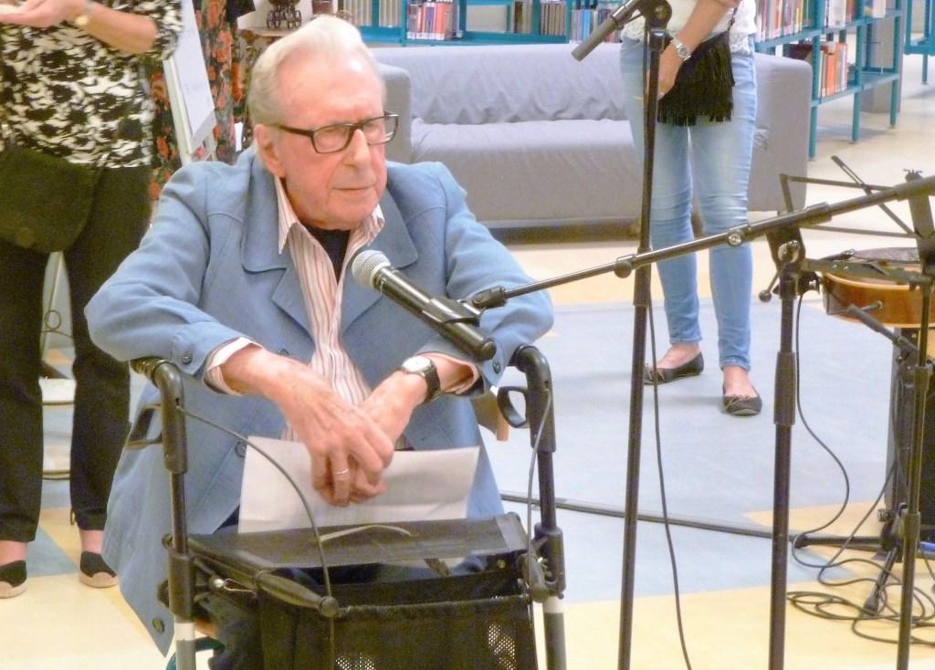 De recent overleden volksdichter Dick Koblens in actie tijdens de opening van 'een' Kunstroute. Privé © BDU media