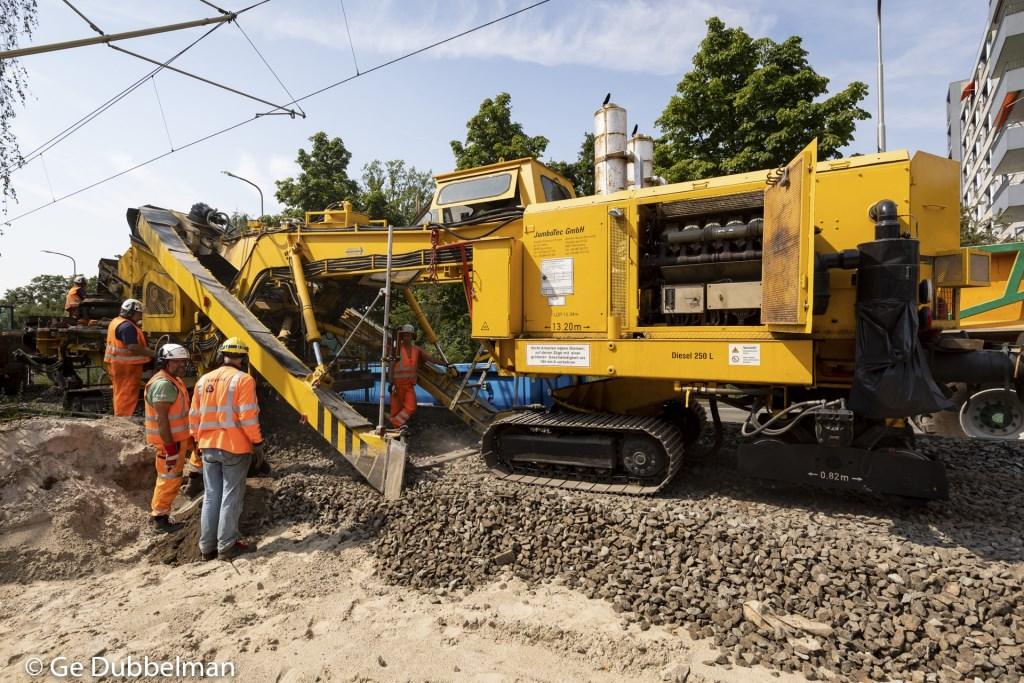 Een zogeheten 'kettinghor', hier aan het werk bij Uilenstede, is een machine die kiezels van het ballastbed van de rails schoonmaakt en weer teruglegt. Ge Dubbelman © BDU media