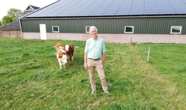 Erik Alsema in Werkhoven bij de zonnepanelen op het staldak van Johan Vernooij