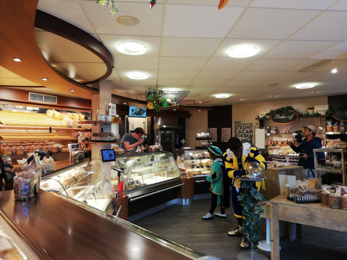 Pieten nemen een scène op in de winkel van bakkerij toebast