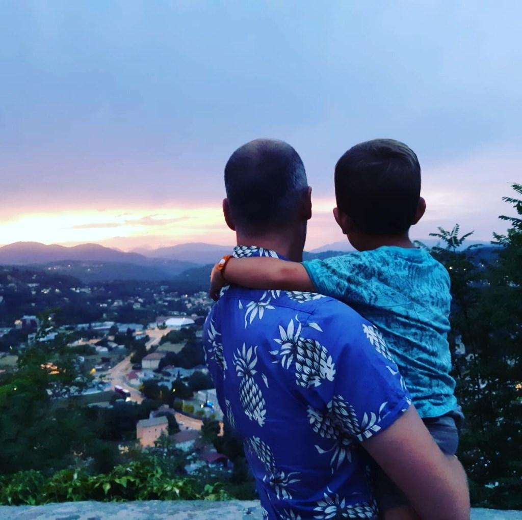 Rogier en Noah Brieko hebben geweldig uitzicht over de Ardeche in de buurt van Aubenas met het beste gezelschap dat je je kunt bedenken! Rogier Brieko © BDU media