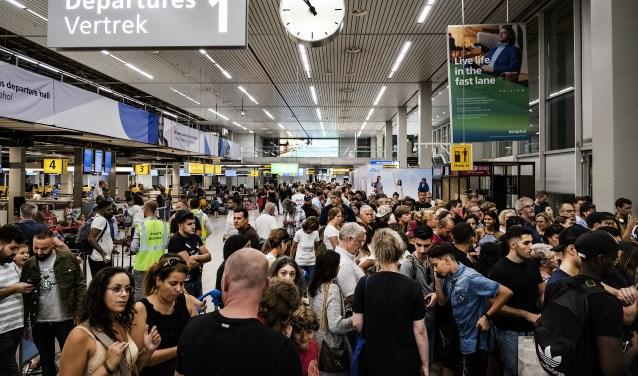 Veel wachtende mensen tijdens de brandstofstoring op Schiphol in juli.