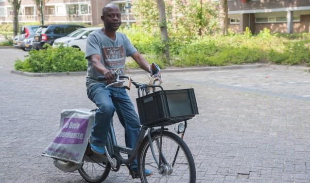 Tony Mavinda stapt bijna elke dag op de fiets om vrijwel overal in Soest folders, kranten en post te bezorgen.