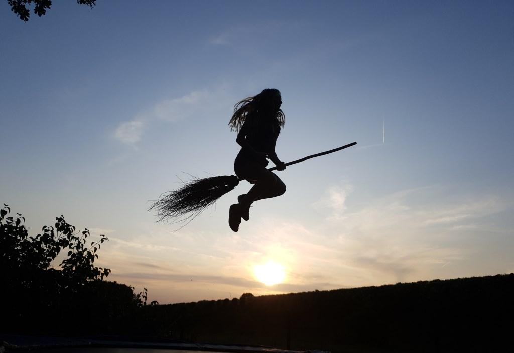 Rosalie Flos (11) uit Stroe vliegt als een heks door de lucht op een bezemsteel. Ingezonden door Tessa Flos. Van den Ende © BDU media
