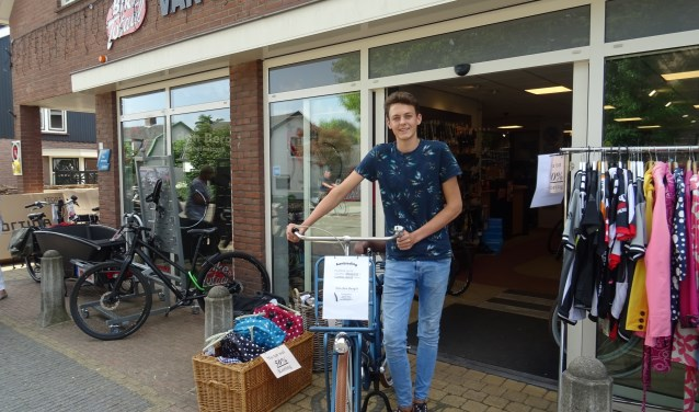 Hendrik Boonzaaijer maakt tijdens de zomervakantie extra uren bij Bike Totaal Rijwielhandel Van den Berg.