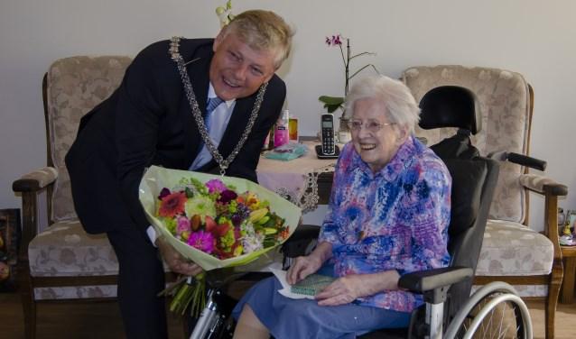 Mevrouw Van Ooijen krijgt een prachtig boeket van burgemeester Elbert Roest