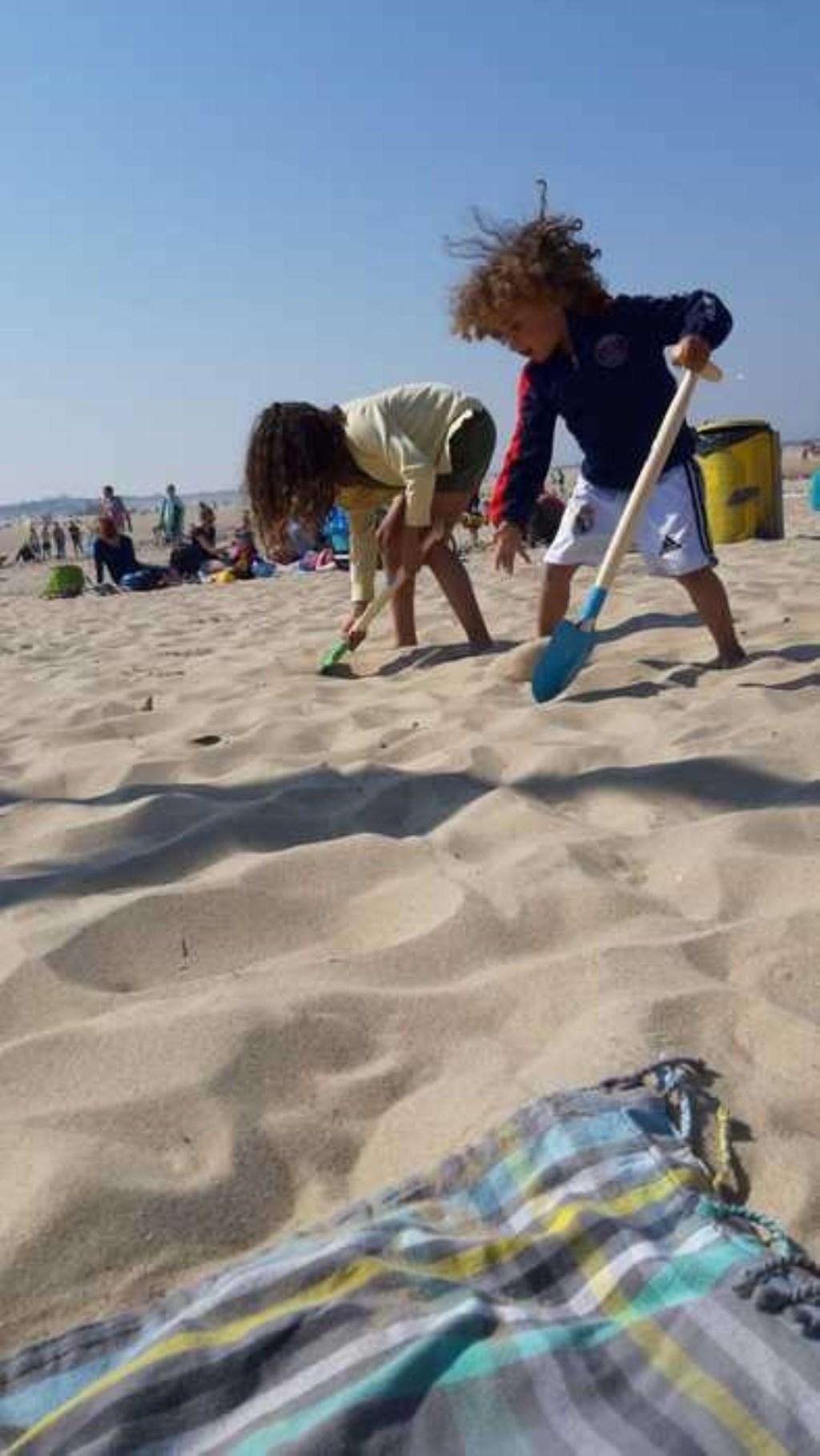 Elisa en Vinn zijn heerlijk aan het scheppen op het strand in Zeeland. Magda van Immerseel © BDU Media
