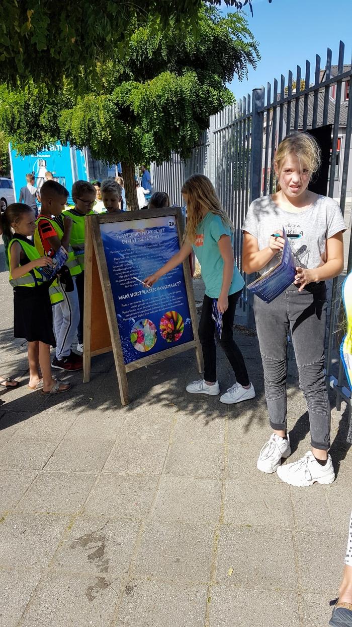 Kinderen van De Driemaster Westwijk leren over de plastic soep.