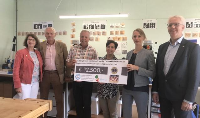 De TEchniekFAbriek ontvangt een mooie cheque van de Lions Utrecht