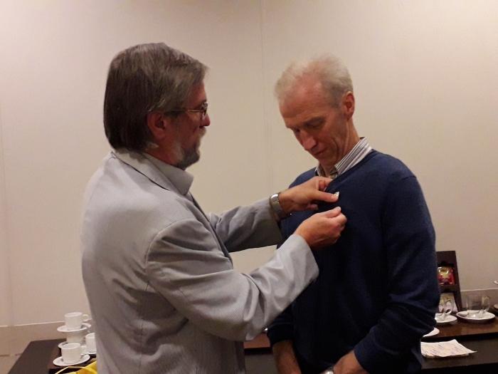 Dhr A. van Houwelingen krijgt de gouden dr. Tilanus jr. spelt opgespeld