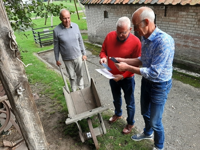 v.l.n.r. de heren Koster, De Vries en Lubbertsen aan het speuren