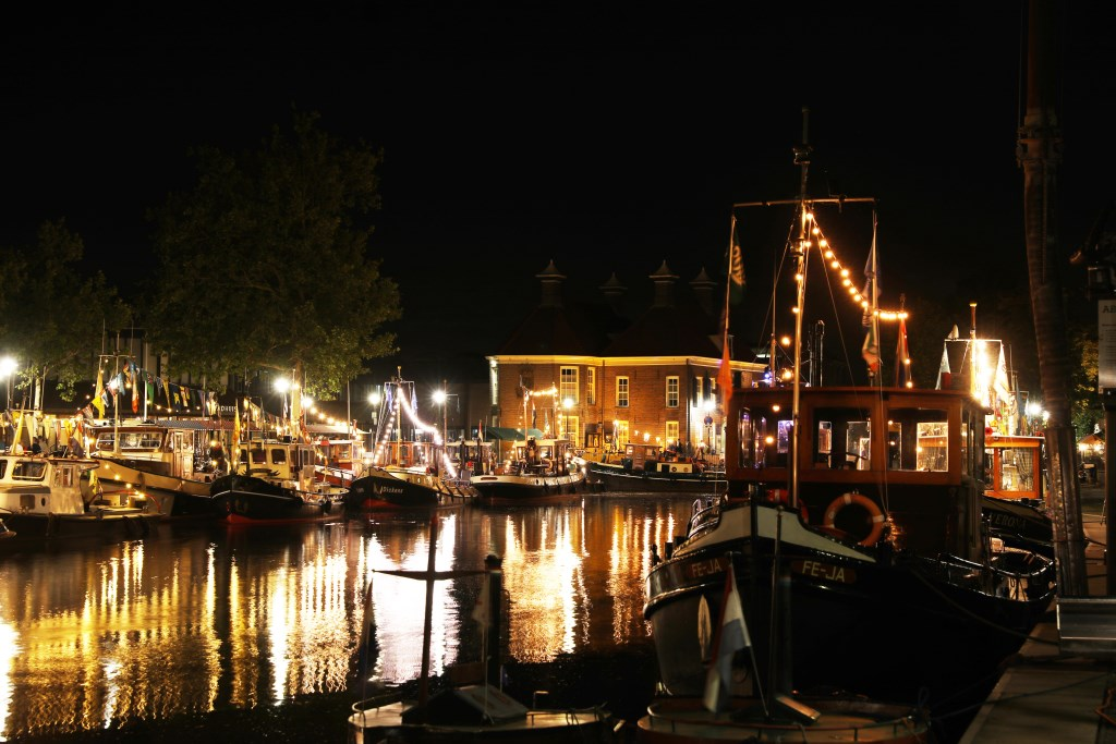 De verlichte sleepboten zorgen voor een feeërieke sfeer in de haven. Arjen Gerritsma/Graphic Sound © BDU Media