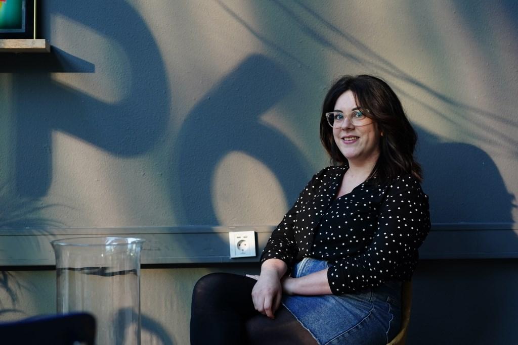 Marketing- en communicatiemedewerker Jill Mos met op de achtergrond het nieuwe logo.  Naomi Heidinga  © BDU media